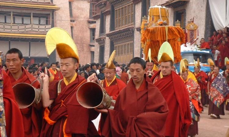 رهبان بوذيّة اﻟﭭاجرايانا في مسيرة بين المؤمنين. Chinese Buddhist Encyclopedia ©