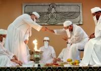 كهنة زرادشتيّون يهتمّون بإبقاء نار المعبد مشتعلة وطاهرة، دون أن تُمسّ حتى من أنفاسهم. - zoroastrianismscm.weebly.com ©