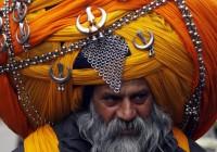 سيخيّ من جماعة خالسا يلبس عمامة ملوّنة ضخمة مزيّنة بمشغولات معدنيّة، أمريتسار (الهند). EPA/RAMINDER PAL SINGH ©