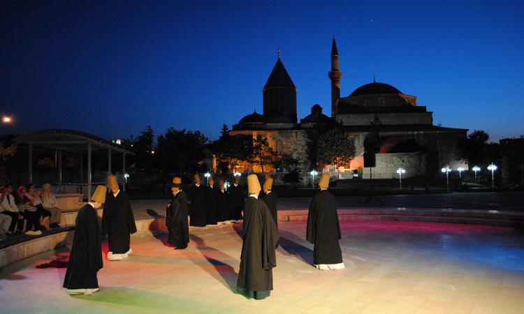 رقصة للدراويش في باحة ضريح مولانا، قونية (تركيا) ©Adyan