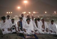 حجّاج يؤدّون فريضة الصلاة في (مكّة). Mosa ab Elshamy/AP ©
