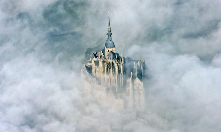 كنيسة جبل سان ميشيل، بُنيت على الصخر قبل نحو 1300 سنة. © Éditions Agora - Seni Thierry/hemis.fr