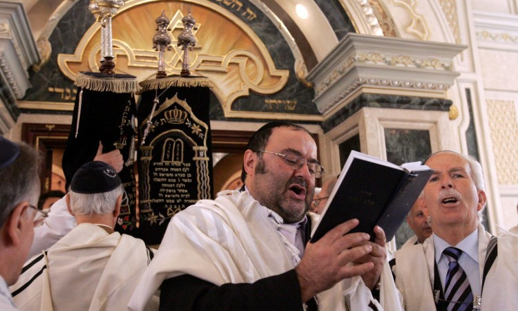 يهود من المغرب يؤدون الصلاة في كنيس يهودي في الدار البيضاء ©ABDELHAK SENNA / AFP