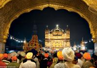 موكب الكتاب المقدّس في المعبد الذهبيّ في أمريتسار، ولاية البنجاب (الهند). © Éditions Agora - Ferrante Ferranti