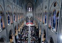 الصّحن الرّئيس لكنيسة نوتردام دو باري(فرنسا)، خلال حفل سيامة كهنوتيّة في العام 2012. © Éditions Agora - P.Deliss/Godong