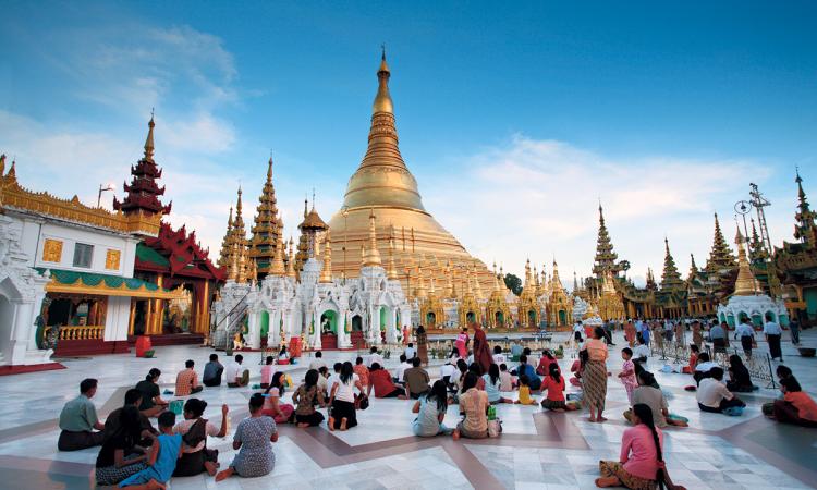 معبد شويداغون في يانغون (ميانمار). © Éditions Agora - Aurora/hemis.fr