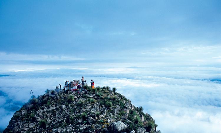 """مراسم الشامانيّة لقبيلة """"هويكول"""" على قمّة سيرو كيمادو، الجبل المحروق (المكسيك). © Éditions Agora - Lemaire Stéphane/hemis.fr"""