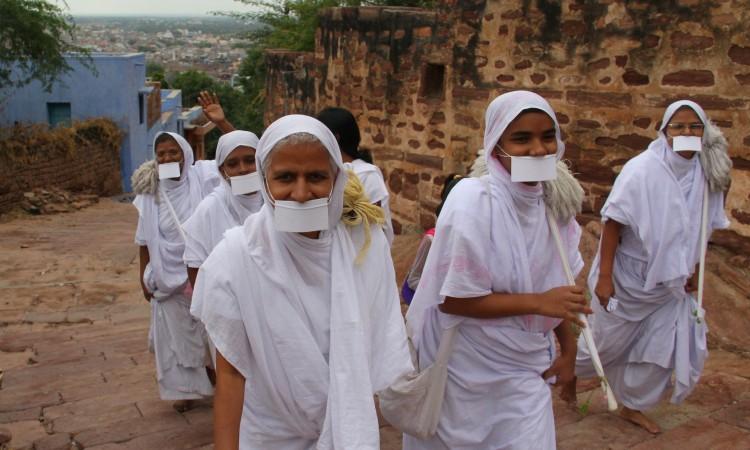 راهبات السويتامبارا يرتدين الأبيض ويغطّين أفواههن خشية ابتلاع حشرة عن غير قصد (الهند). - arjunstc – Arjun © CC BY-NC-ND 3.0