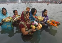 نساء يقدّمن القرابين في مياه النهر ضمن مهرجان تشاك ﭘوجا في بيهار، شمال (الهند). REUTERS/Ajay Verma ©